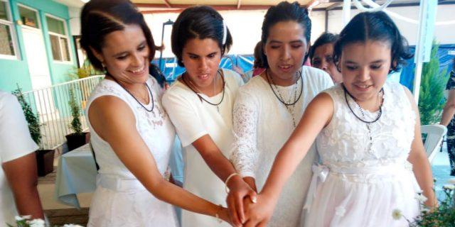 Nuestras niñas reciben los sacramentos